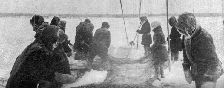 Подледный лов рыбы, 1941-1943 годы. Фото Национального архива РС(Я).