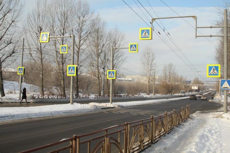 Четыре знака повесили на одной полосе, и столько же на другой.