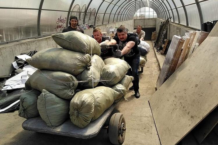 Вот так выглядит погрузка помощи на Донбасс. Фото: архив Елены Романенко