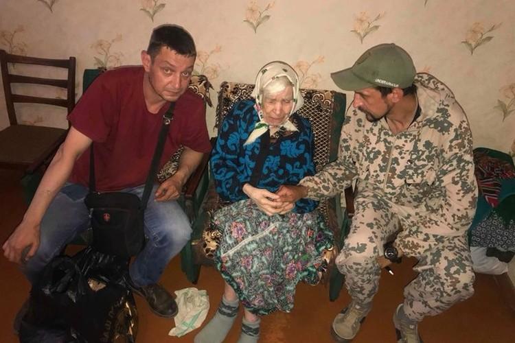 Часто старикам нужна не столько помощь, сколько, чтобы их выслушали. Фото: архив Виктора Артамонова