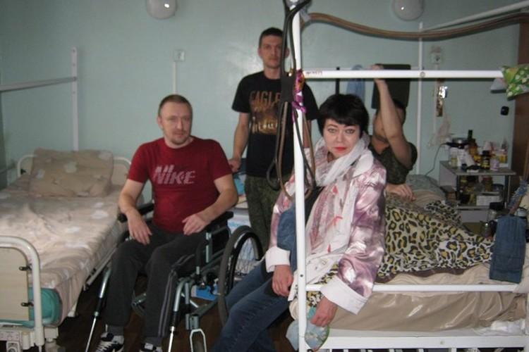Ирина Полторацкая в госпитале у раненых. Фото: архив Ирины Полторацкой