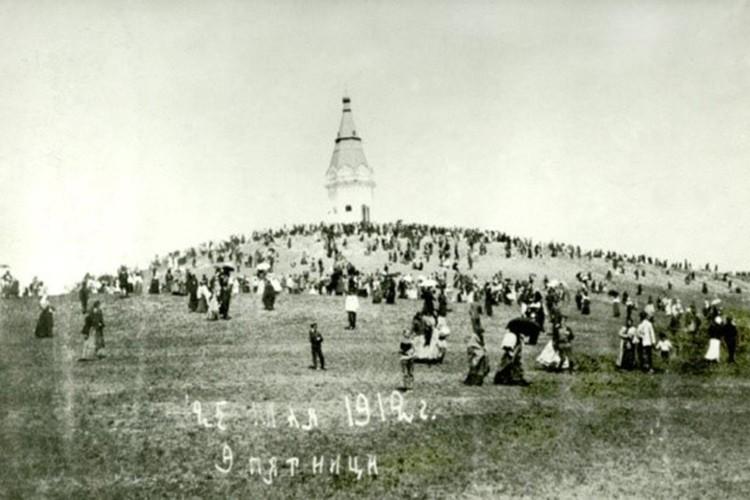 В 1855 году на средства Петра Кузнецова и других меценатов на месте деревянной часовни возвели каменную.