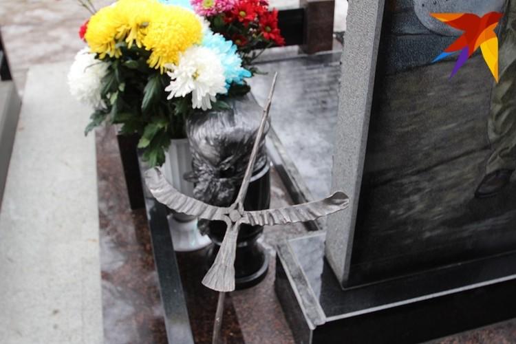 Петербургская гильдия кузнецов подарила семье фигурку журавля. Таких же отправляли родственникам жертв авиакатастрофы А 321 над Синайским полуостровом.