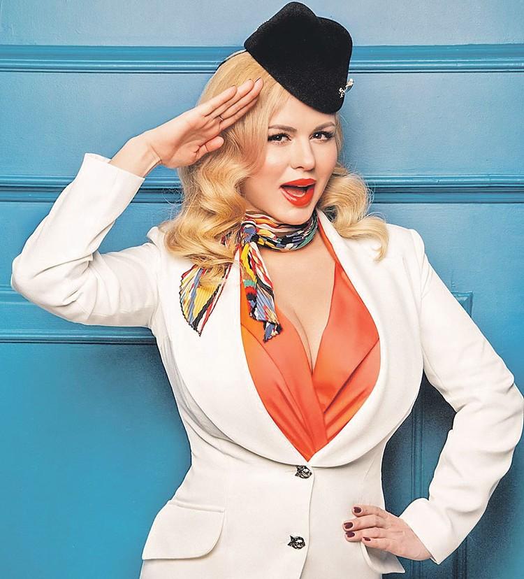 Анна Семенович с помощью пилотки и декорированных пуговиц создала веселый костюмчик стюардессы. В продаже полно брошек и пуговиц в форме крыс и мышей, так что смело экспериментируйте. Фото: instagram.com