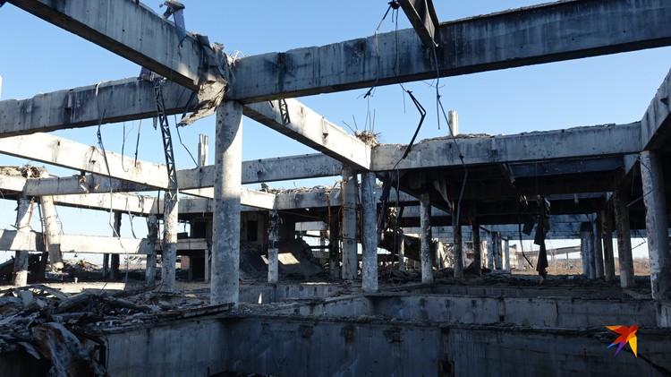 Оставленные после боевых действий руины продолжают безрадостно ветшать