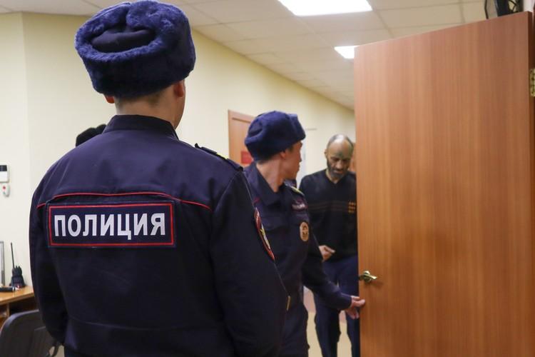В зал суда Дмитрий вошел, прихрамывая.