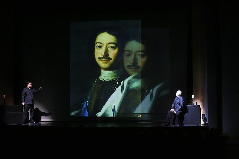 Фото: Андрей Кокшаров. Все исторические факты сопровождались иллюстрациями на экранах.