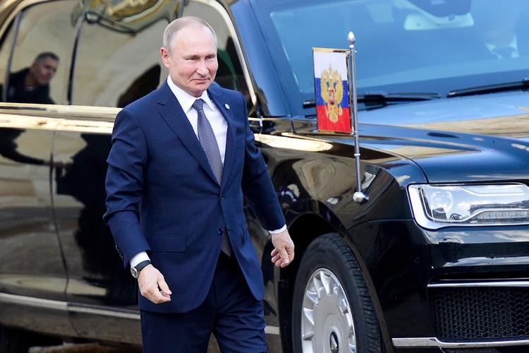 Владимир Путин приехал на встречу последним, его «аурус» с московскими номерами не без труда протиснулся в узкие ворота дворца