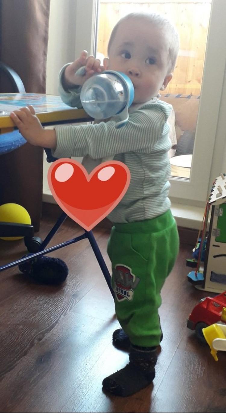 Мальчик стоит, ходит, бегает. Но врачи наблюдают за его правой ножкой. Фото: Ольга Фокина.