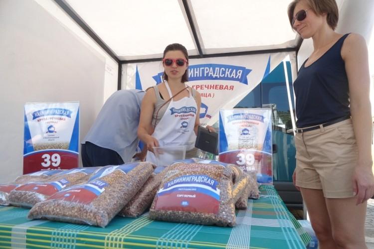 Первый день продажи гречки Лужкова на ярмарке возле Дома Советов. 2015 год.
