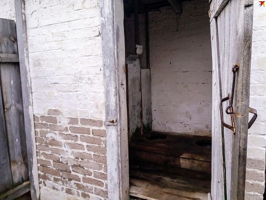 Туалеты во дворе школе старше детей, которые в ней учатся, но до сих пор сделать новые денег не нашлось. Фото: Оксана БРОВАЧ