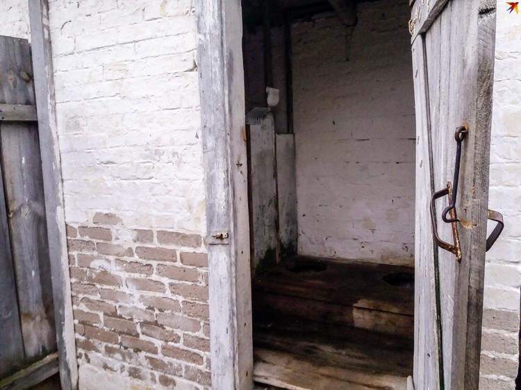 Туалеты во дворе школе старше детей, которые в ней учатся, но до сих пор сделать новые денег не нашлось.