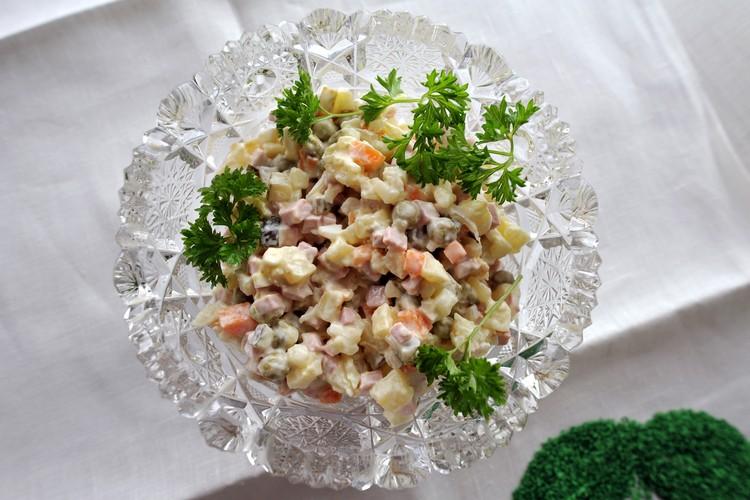 «Оливье» можно приготовить и с морепродуктами.