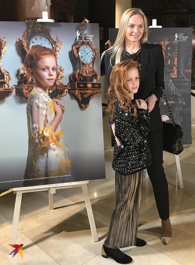 Юная актриса Александра Филина на фоне своего портрета.