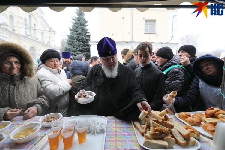 Митрополит Ставропольский и Невинномысский Кирилл первый начал раздачу еды