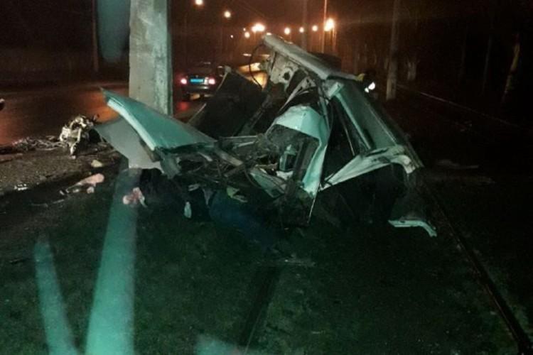 От удара в столб BMW разорвало на части. Фото: @Prikhodko1970