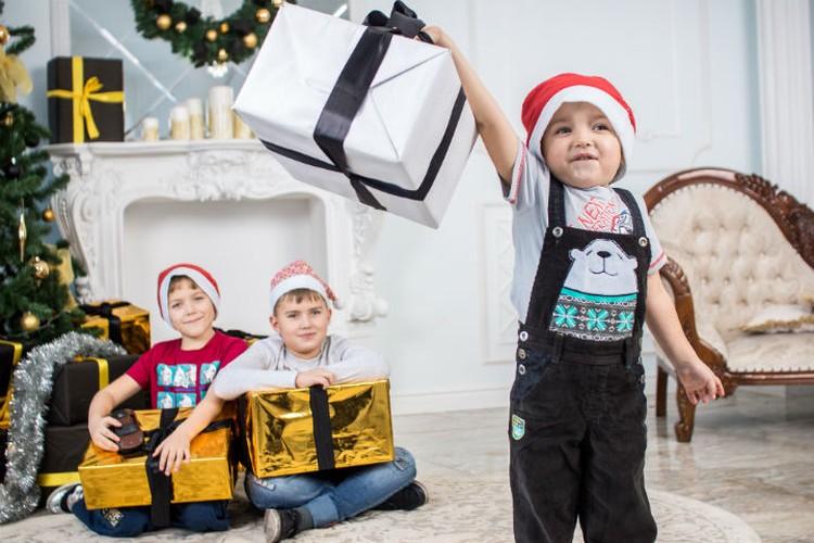 Дети заказывают у кудесника не только подарки для себя, но и для родителей.