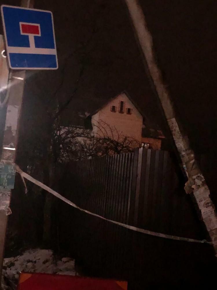 Близко к дому никого не подпускают Фото: предоставлено очевидцем