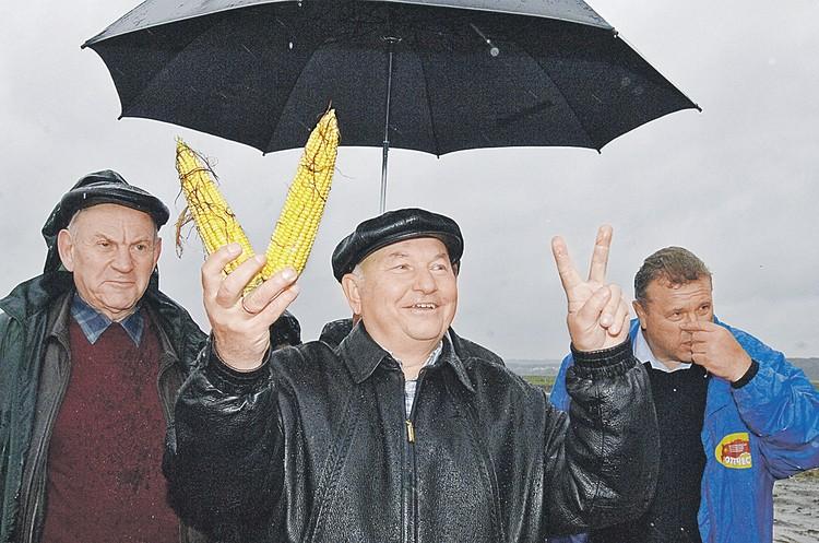 Лужков родился в Москве. Но деревенские корни родителей тянули его на село.