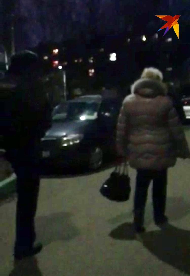 Мать Евгения увозят на опознание трупа сына