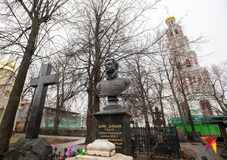 На территории монастыря погребено множество известных россиян. Это надгробие героя Войны 1812 года, поэта Дениса Давыдова.