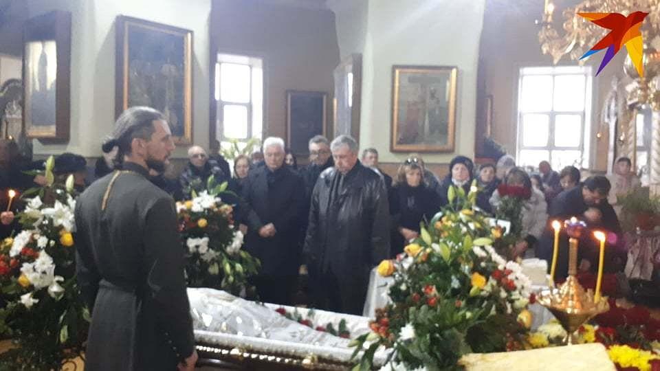 Первый президент Молдовы Мирча Снегур хоронит супругу. Фото: Леонид РЯБКОВ
