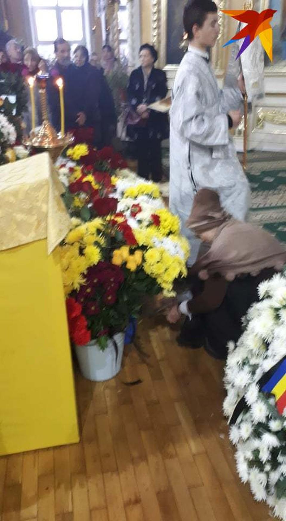 Первый президент Молдовы Мирча Снегур хоронит супругу Фото: Леонид РЯБКОВ