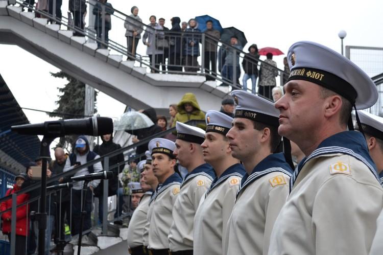 На вокзал пришли моряки-черноморцы.