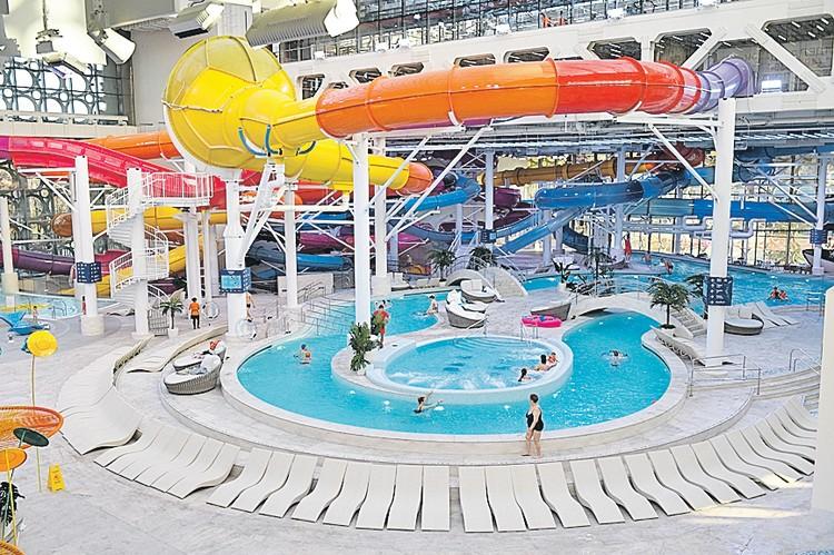 Длина всех трасс аквапарка превышает 1200 метров.