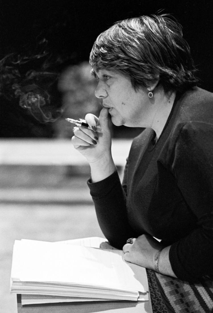 Галина Волчек курила до самой смерти. Снимок сделан в 1980 году