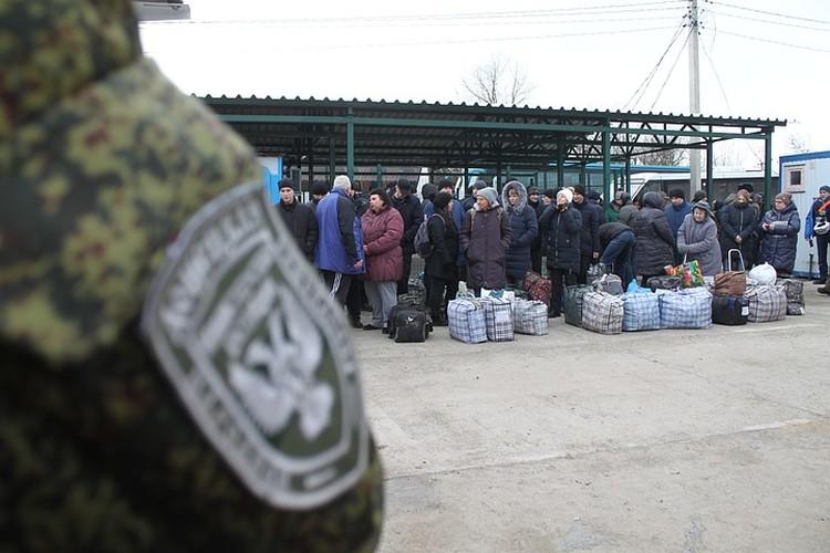 Украинские пленные уезжали в Киев с полными сумками