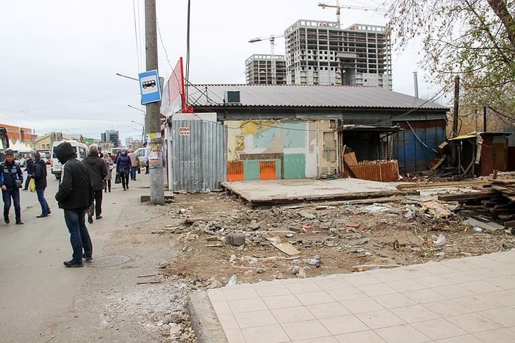 На месте киосков на улице Пушкина остались груды мусора.