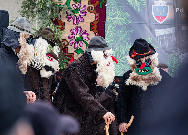 Нарядившись в медведей, коз или коров, румыны носятся по окрестностям, надеясь таким образом привлечь богатство или хотя бы добрый урожай