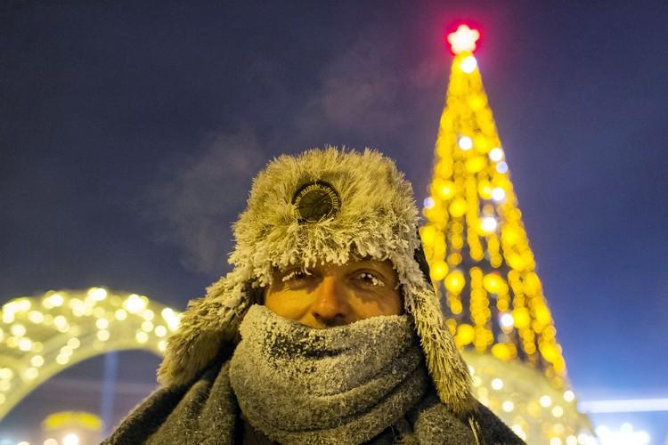 Сорокоградусные морозы не помешали жителям Якутска отметить праздник на улицах города. Фото: Евгений Софронеев/ТАСС