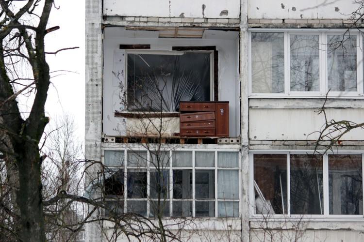 Взрывом в квартире выбило оконные рамы и балконы