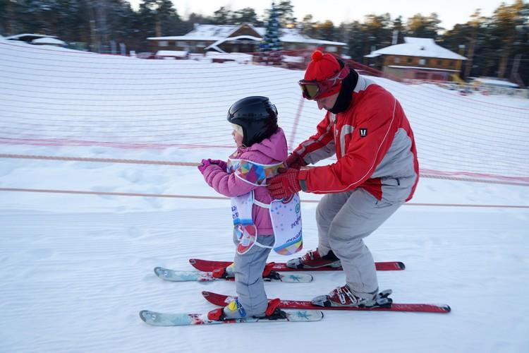 В горнолыжных парках работают опытные инструкторы.