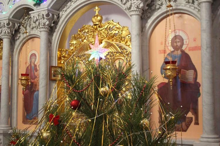 Помогать украшать Храм приходят ребята из Воскресной школы. ФОТО: Горловская и Славянская епархия