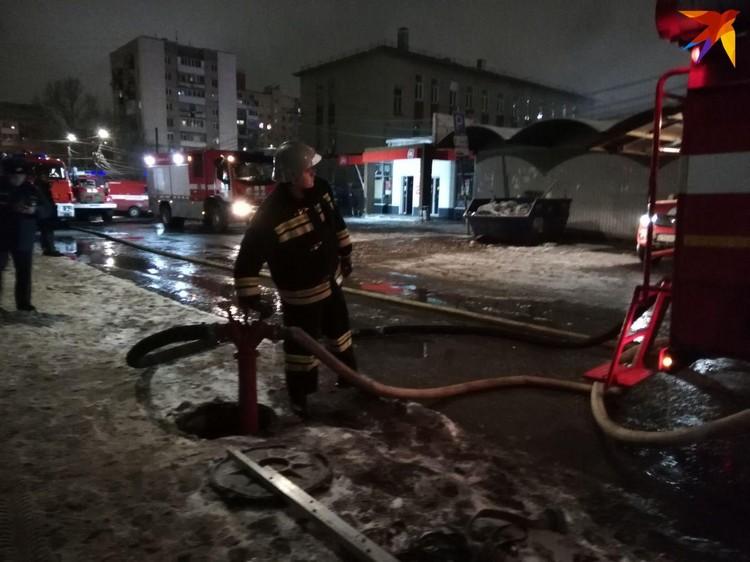 Пожарные сворачивают рукава после успешно проделанной работы. Фото Алексея Юмашева