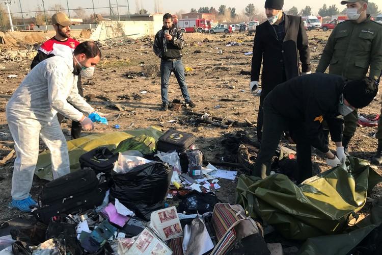 Спасательная бригада собирает личные вещи погибших.