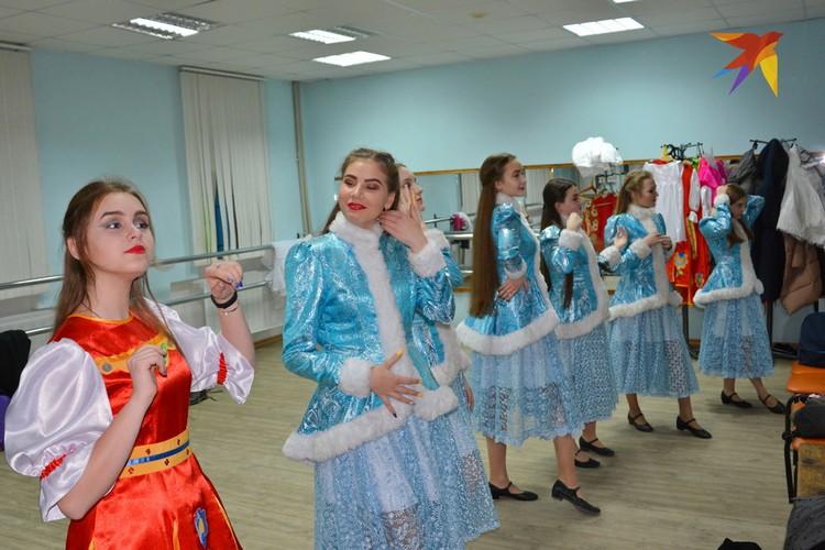 Шиловские красавицы из хореографического ансамбля «Каприз» готовятся к выходу на сцену.