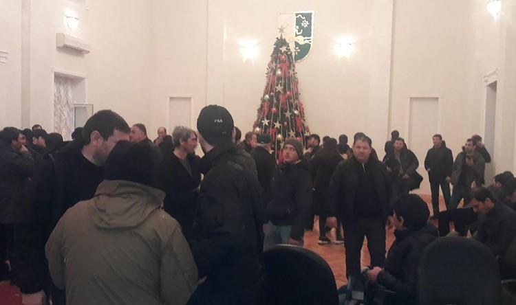 Снова главная дверь страны выбита, в кабинетах среди разбросанных по полу бумаг торжествуют революционеры. Фото: Анжела Кучуберия/ТАСС