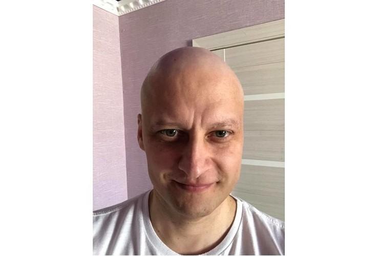 Павленко невероятно ценили на работе. Когда из-за химиотерапии у него начали выпадать волосы, восемь его коллег побрились налысо в знак поддержки.