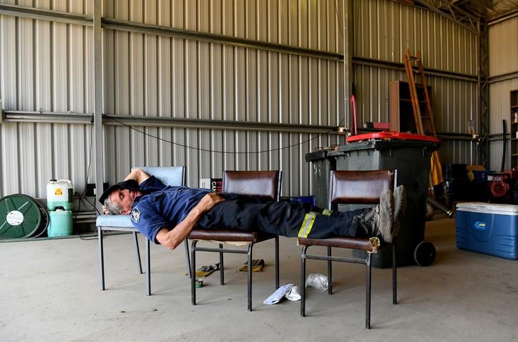 Австралийские пожарные в некоторых регионах работают круглосуточно, едва урывая время на сон