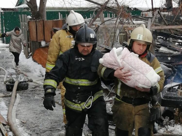 Пожарные эвакуировали из соседних домов 23 человека, в том числе 7 детей