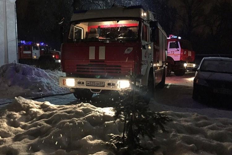 На место пожара прибыла 21 единица техники, из них пять высотных машин. Фото: Вконтакте/Подслушано в городе Конаково/Дмитрий Глазков