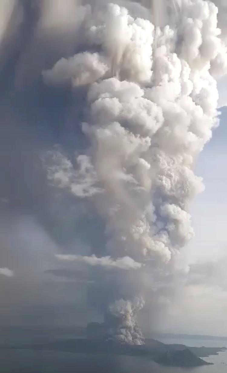 Столб пепла возвышается более чем на километр