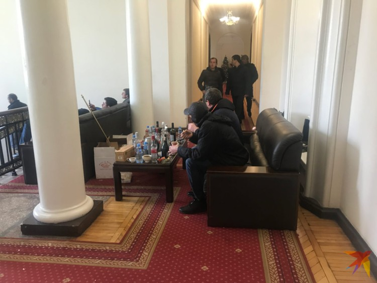 Оппозиционеры в захваченном президентском дворце.