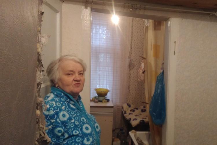 «Все по закону, но жить негде»: Пенсионерку хотят выселить из аварийного жилья, дав взамен всего 1,3 миллиона рублей