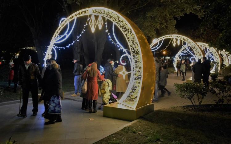 Светящиеся конструкции Ялты стали главным событием курортного Крыма.Фото: пресс-служба горадминистрации