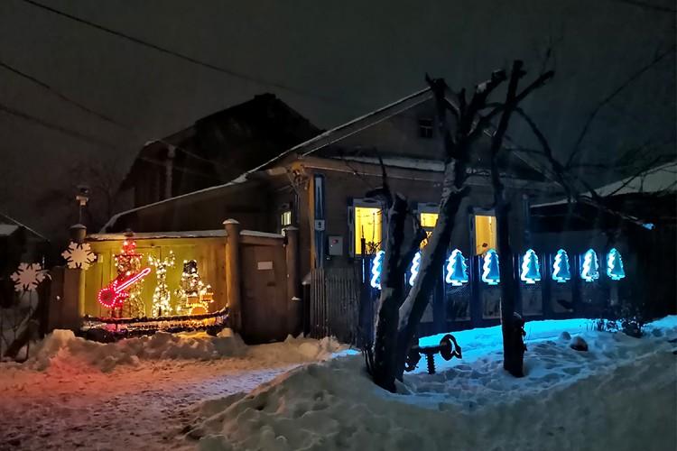 Мужчина украшает свой дом уже шесть лет подряд. Фото: Антон МАМАЕВ